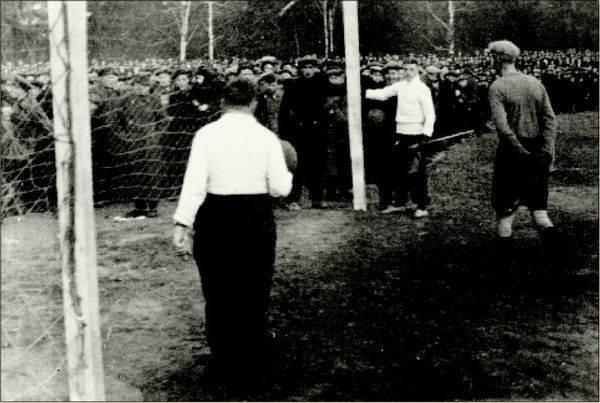 30 октября 1936 года. ЦДКА — Спартак 1:3. Под напором зрителей ворота за спиной Анатолия Акимова оказались сломаны