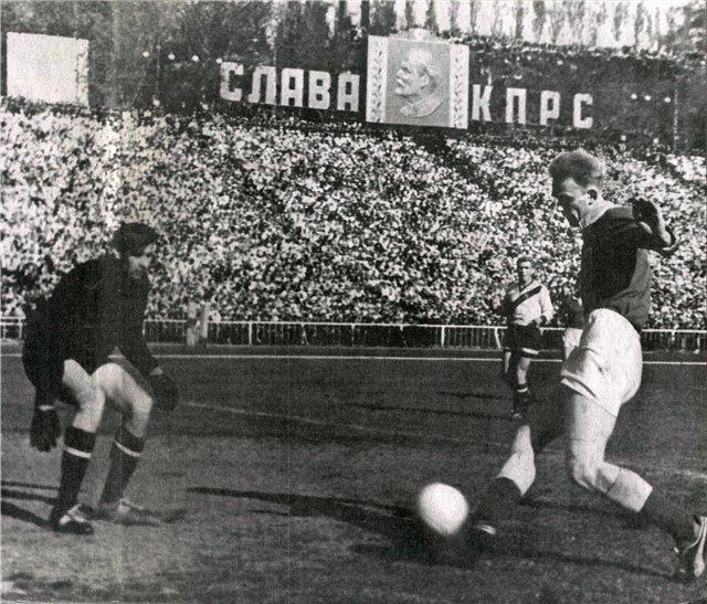 Лев Яшин и Валерий Лобановский, сзади защитник Владимир Глотов